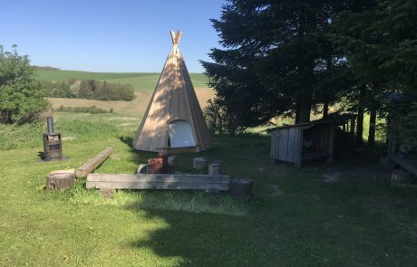 Tipi shelter med bålplads